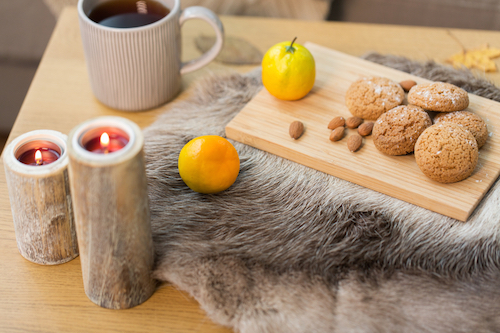 Fall interior deign ideas for textures, cozy blanket and candles