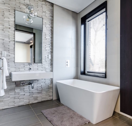 Bathroom design with neutral tones and modern textures